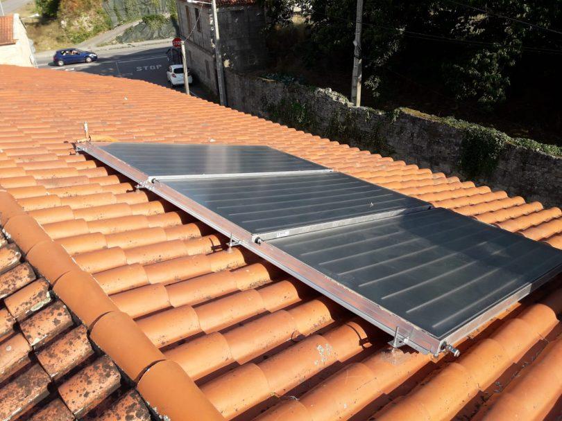 Instalación solar térmica de tres paneles en Pontevedra